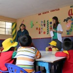 Lauren assists Raquel Sumari in teaching children at the Vidas preschool.