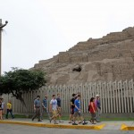 Walking to the Huaca Pucllana.