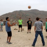 Students play volleyball with Puente Piedra neighbors.